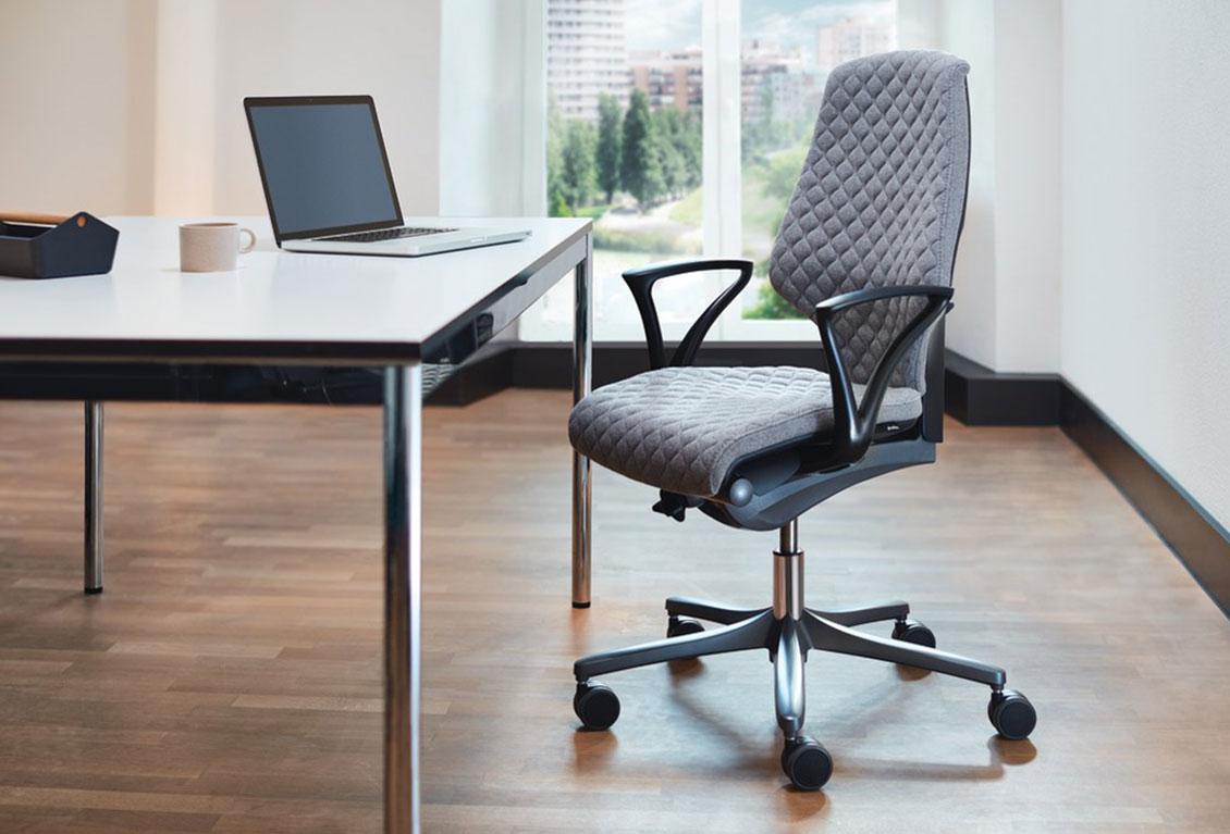 HÅG SoFi 7500 er en meshstol, der giver ventilationsfordelene ved et åndbart, gennemsigtigt ryglæn. HÅG i Balance®-teknologi sikrer mere underbevidst bevægelse. Justerbar sædehøjde og dybde og unik fuldt funktionel lændestøtte. Sædet, lændestøtten og nakkestøtten kan påklædes i forskellige farver fra HÅG Total Color Standard og udvidede tekstilkollektioner for at tilfredsstille individuelle præferencer og opnå den ønskede stil. Fås med HÅG SlideBack ™ armlæn, der giver dig mulighed for at komme tættere på dit skrivebord, invitere dig til at sidde sidelæns eller bruge armlænene som albuen.